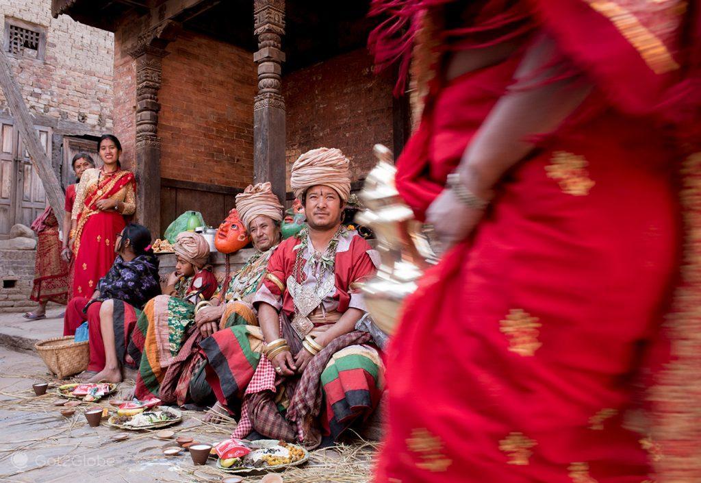Dançarinos e mulheres newar em Bhaktapur, Nepal