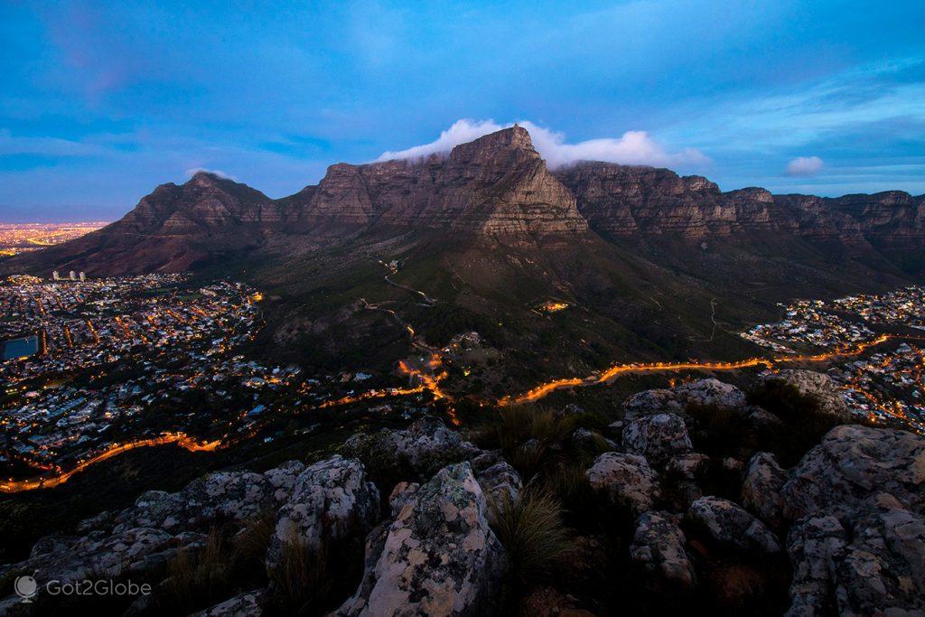 Montanha da Mesa vista do cimo da Lion's Head, Cidade do Cabo, África do Sul