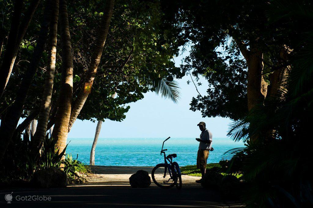 Rua de Islamorada com o mar azulão em fundo