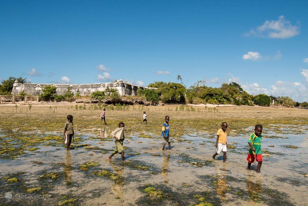 Crianças em frente ao forte de São João Baptista, ilha Ibo, Moçambique