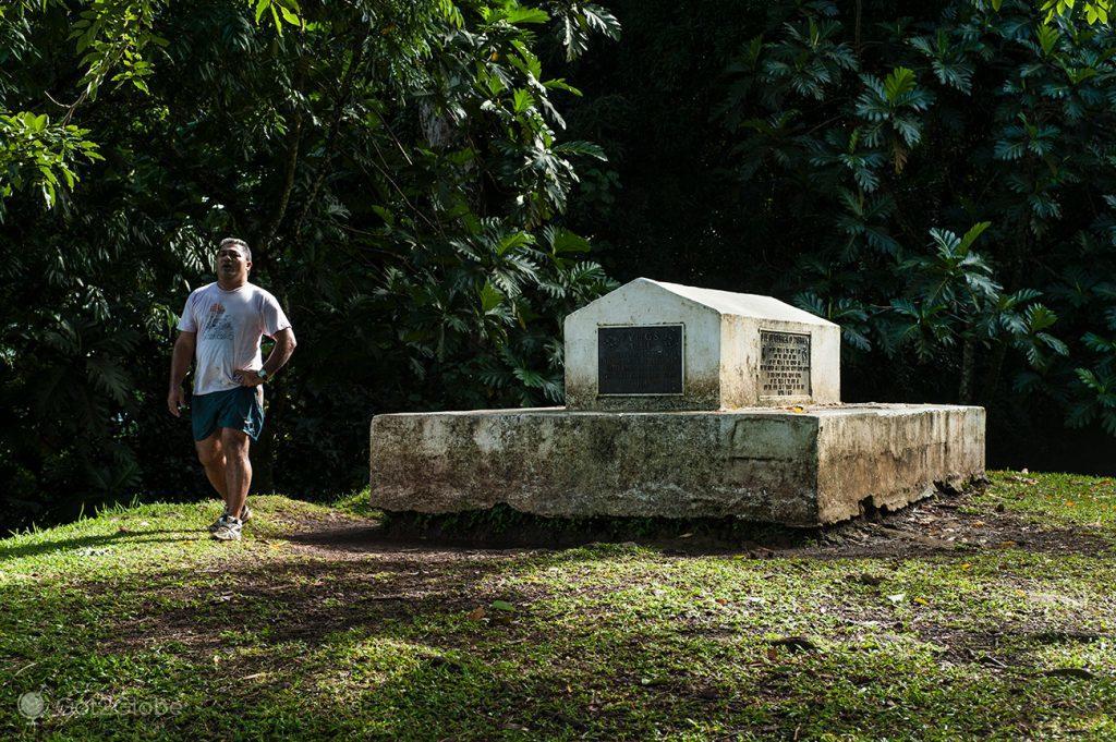 Jogging em redor da sepultura de Robert Louis Stevenson, em Upolu, Samoa Ocidental