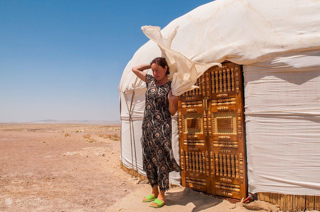 Rano Yakubova no seu acampamento de Ayaz Kala, Usbequistão