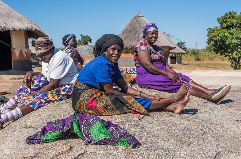 Moradoras da aldeia xona de Great Zimbabwe
