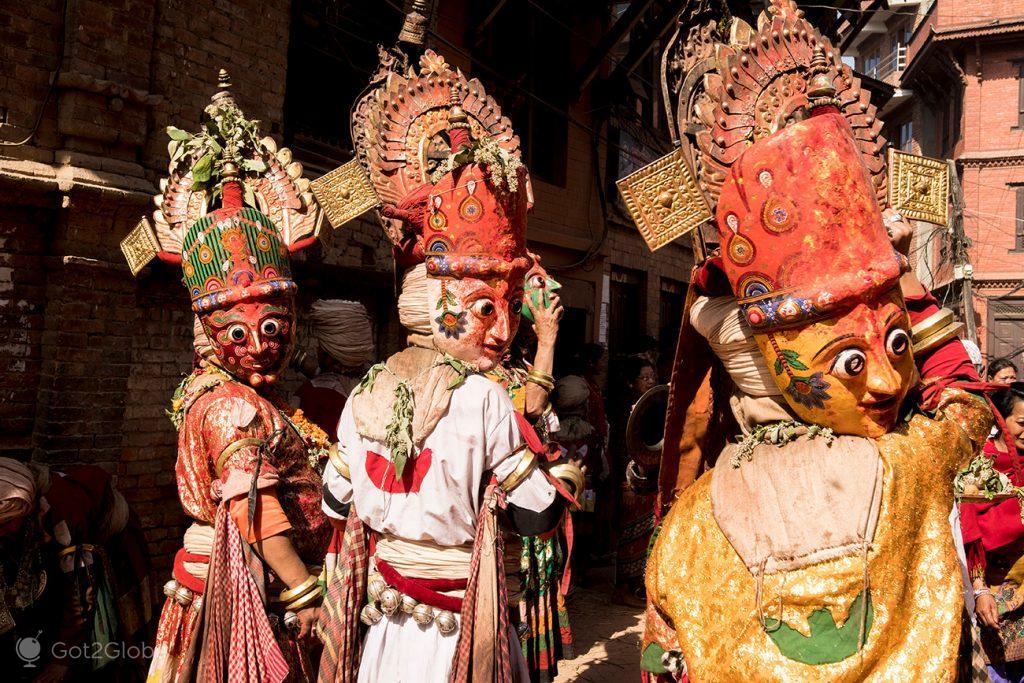 Dançarinos e máscaras de cerimónia kayta puja em Bhaktapur, Nepal