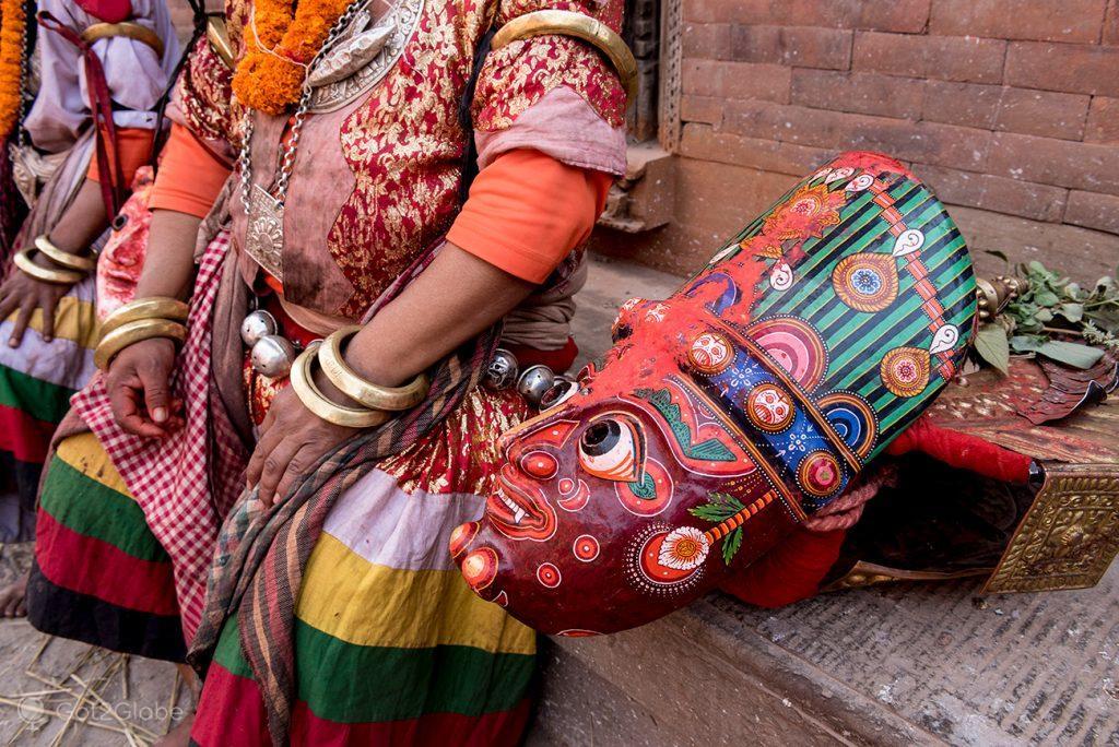 Máscara tradicional newar, junto a dançarinos em Bhaktapur, Nepal