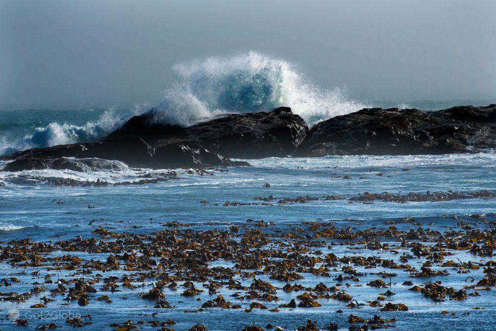 Ondas do oceano Atlântico ao largo de Luderitz, Namíbia