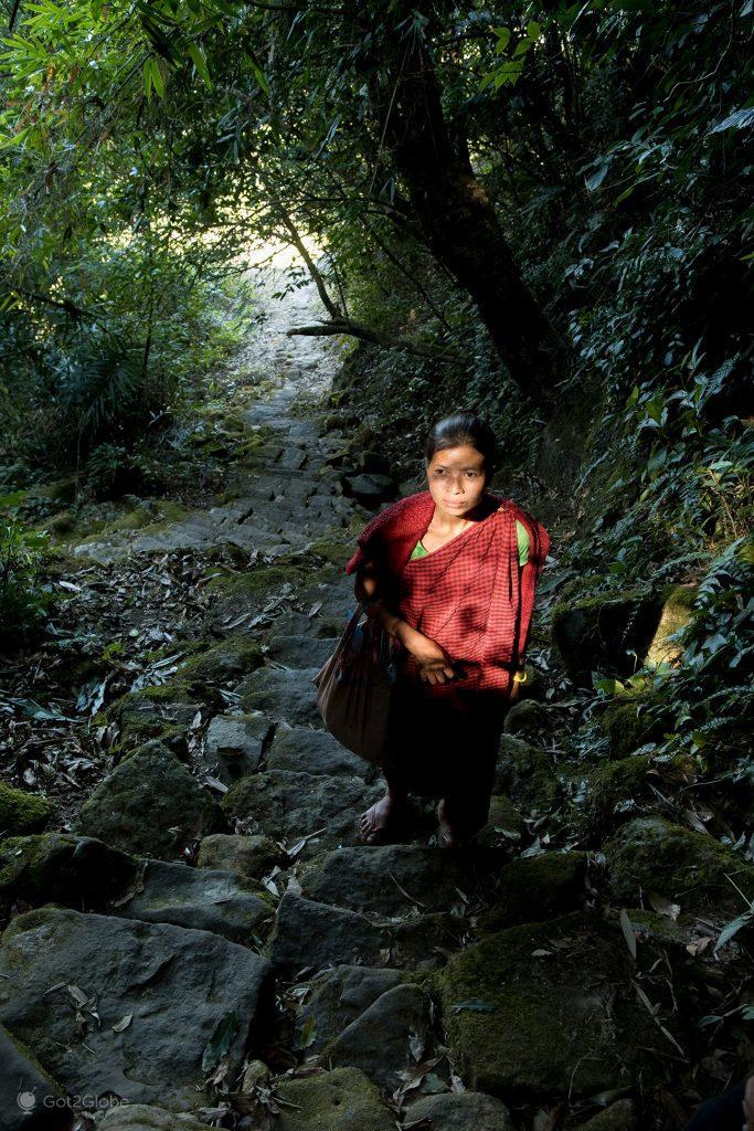 Moradora de Nomblai sobre escadaria, Meghalaya, Índia