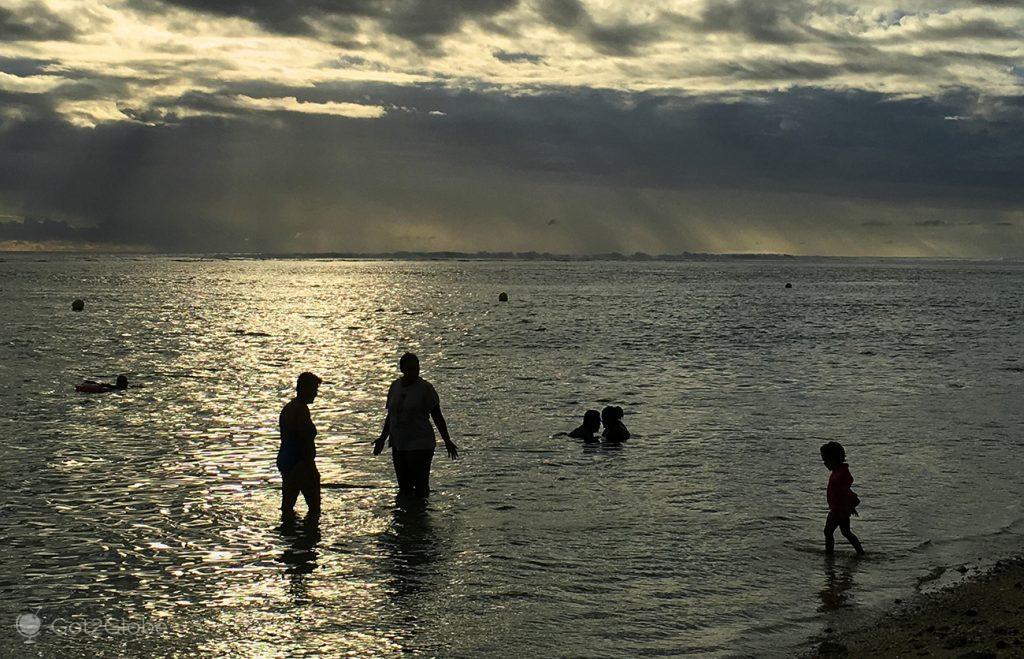 Praia protegida dos tubarões por recife, ilha da Reunião
