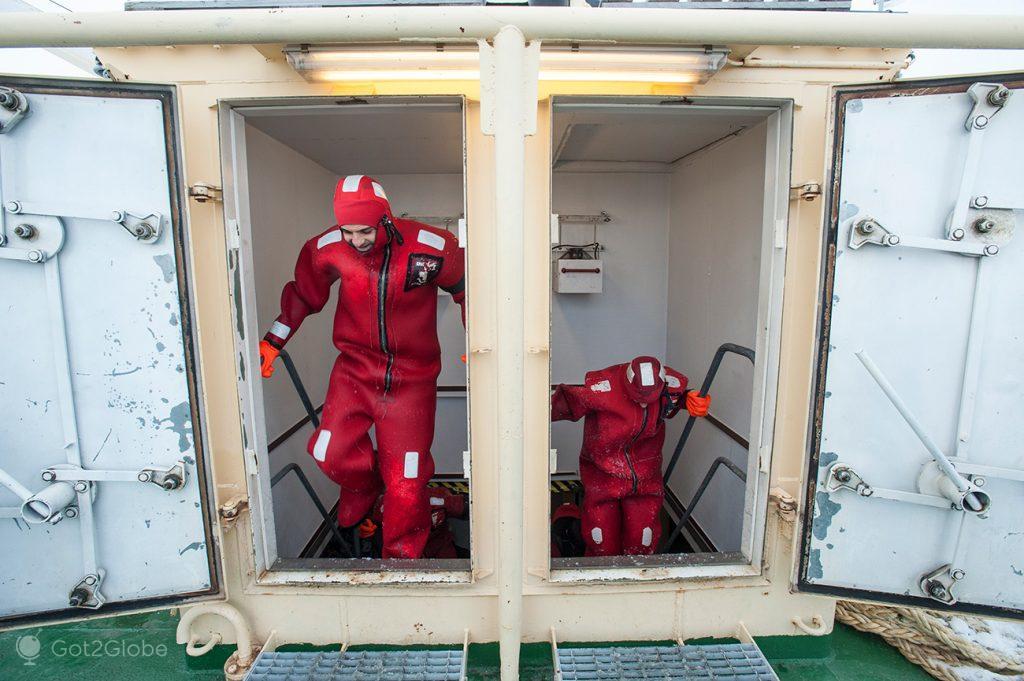 Passageiros a caminho de um mergulho no Golfo de Bótnia gelado, Finlândia