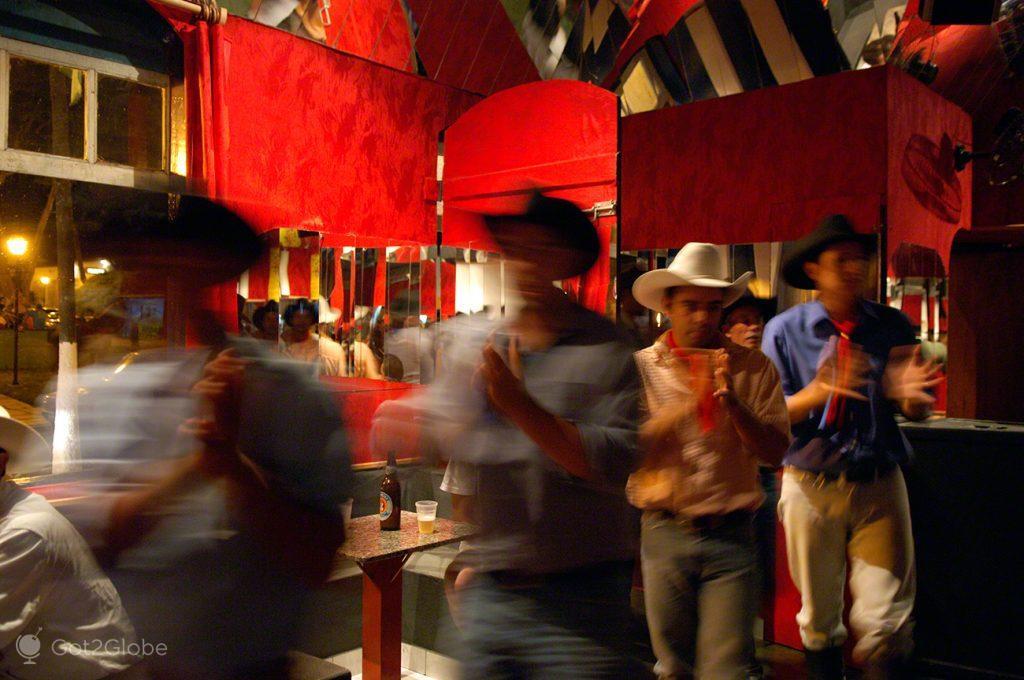 Dança dos Cavaleiros do Divino num Bar de Pirenópolis, Festa do Divino Espírito Santo, Pirenópolis, Brasil