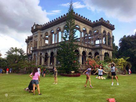 Visitantes nas ruínas de Talisay, ilha de Negros, Filipinas