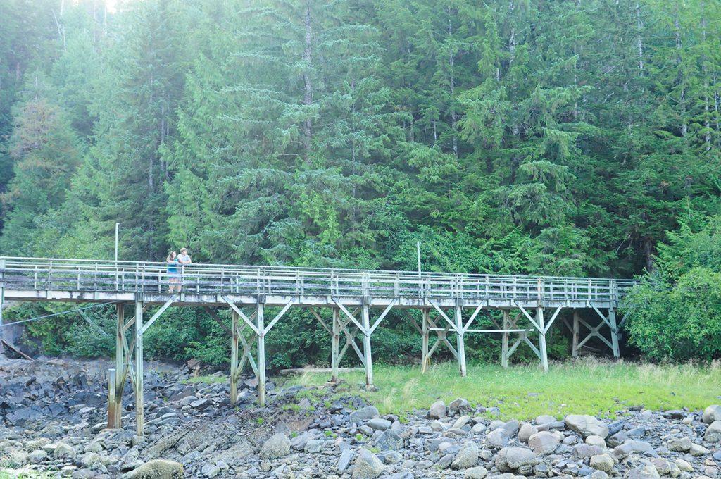 Ponte nos arredores de Saxman, Ketchikan, Alasca, EUA