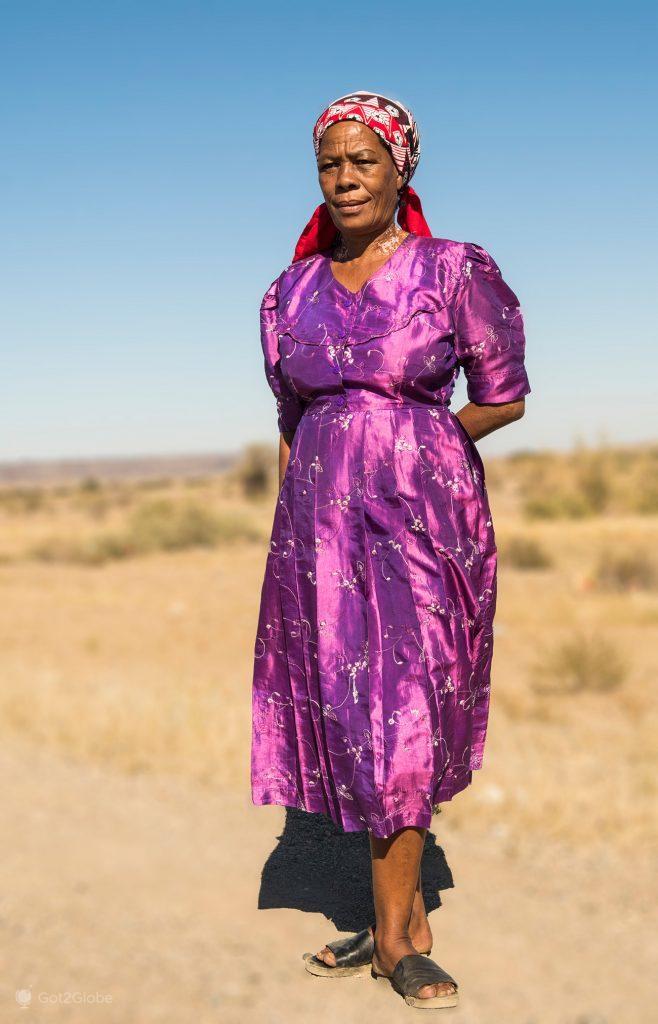 Mulher de etnia nama no deserto de Nama-Karoo, Namíbia.