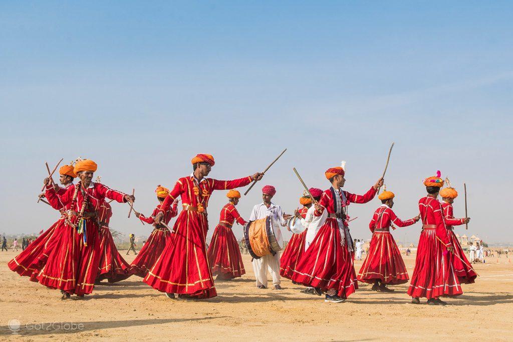 Exibição de Pauliteiros, durante o Festival do Deserto de Jaisalmer, Rajastão, Índia