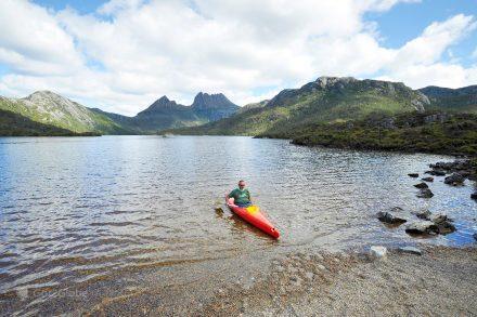 Homem em caique no Lago Saint Clair, Tasmânia, Austrália