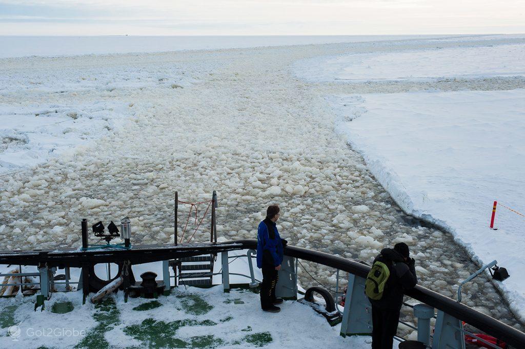 """Quebra-gelo """"Sampo"""" num canal aberto no Golfo de Bótnia, ao largo da Finlândia"""