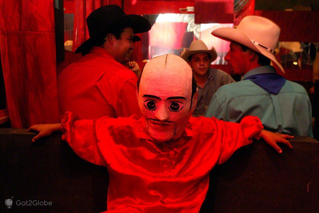 Mascarado durante a Festa do Divino Espírito Santo Pirenópolis, Brasil