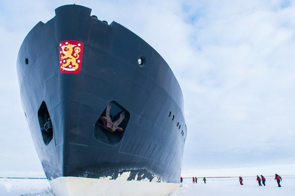 """Passageiros sobre a superfície gelada do Golfo de Bótnia, na base do quebra-gelo """"Sampo"""", Finlândia"""