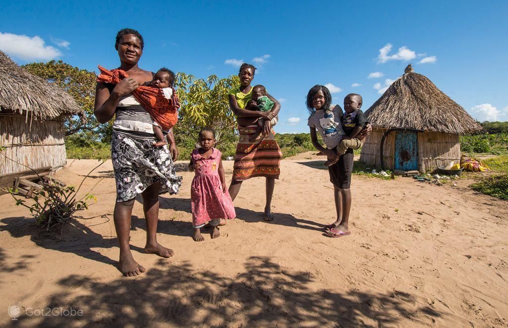 Moradores de uma aldeira da ilha de Bazaruto, Moçambique