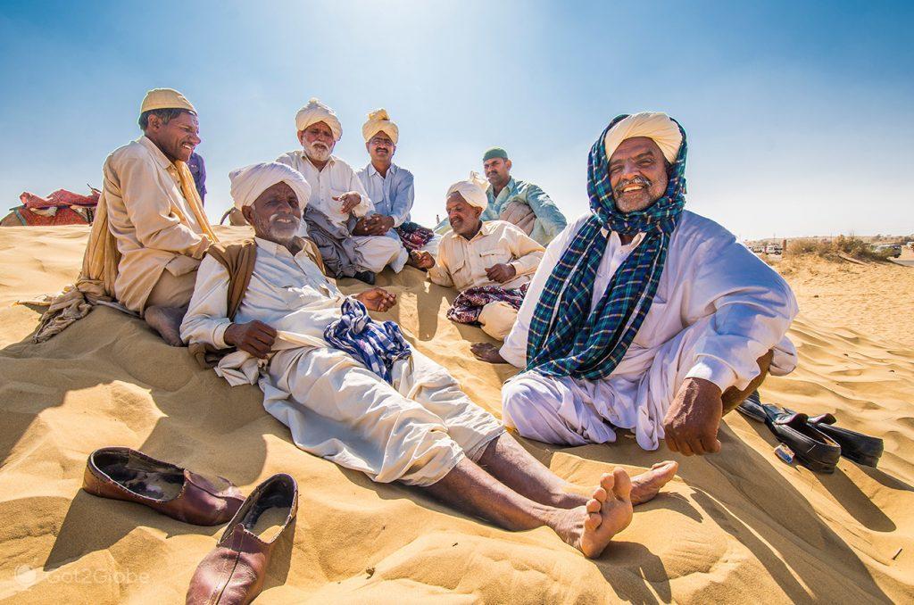 Donos de camelos nas dunas Sam Sam, deserto do Thar, Rajastão, Índia