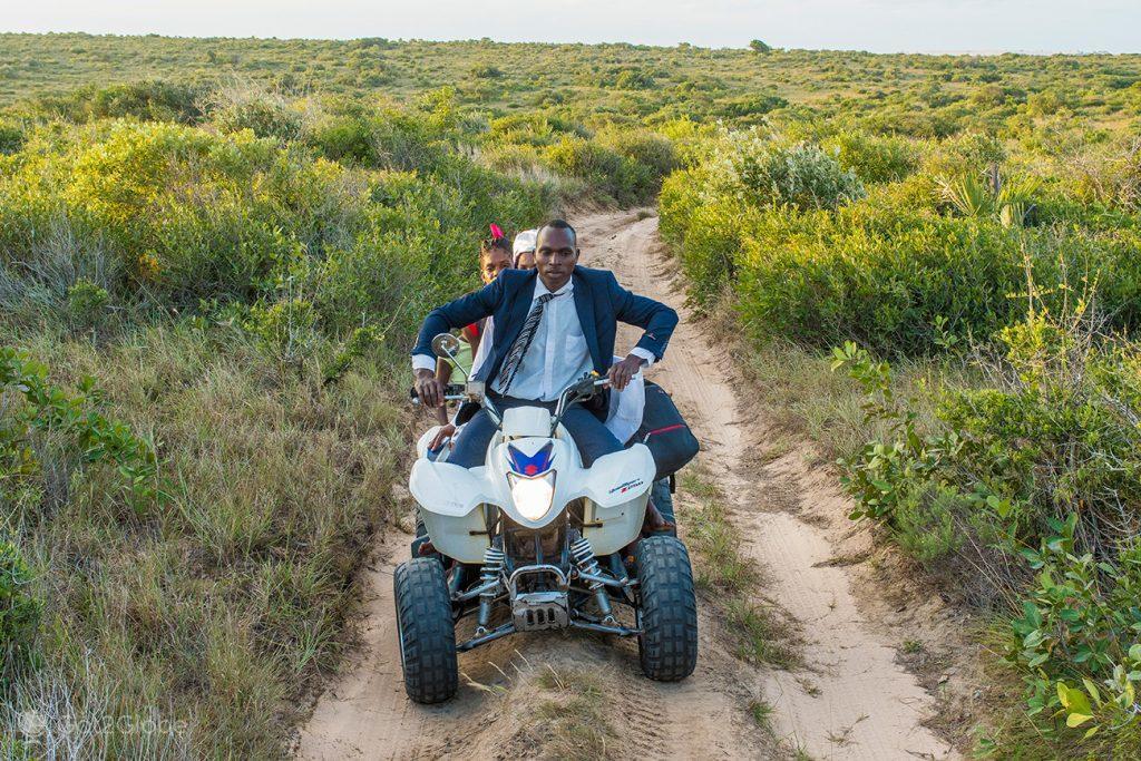 Moradores da ilha de Bazaruto em Moto 4, Moçambique