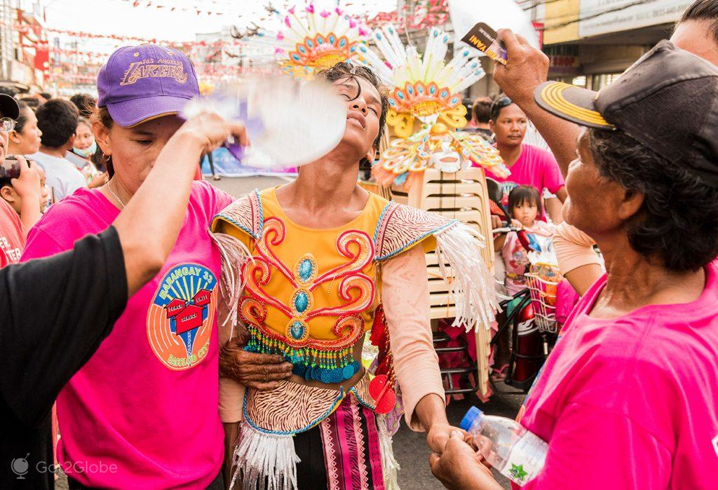 Desmaio de participante no Festival MassKara, Bacolod, Filipinas