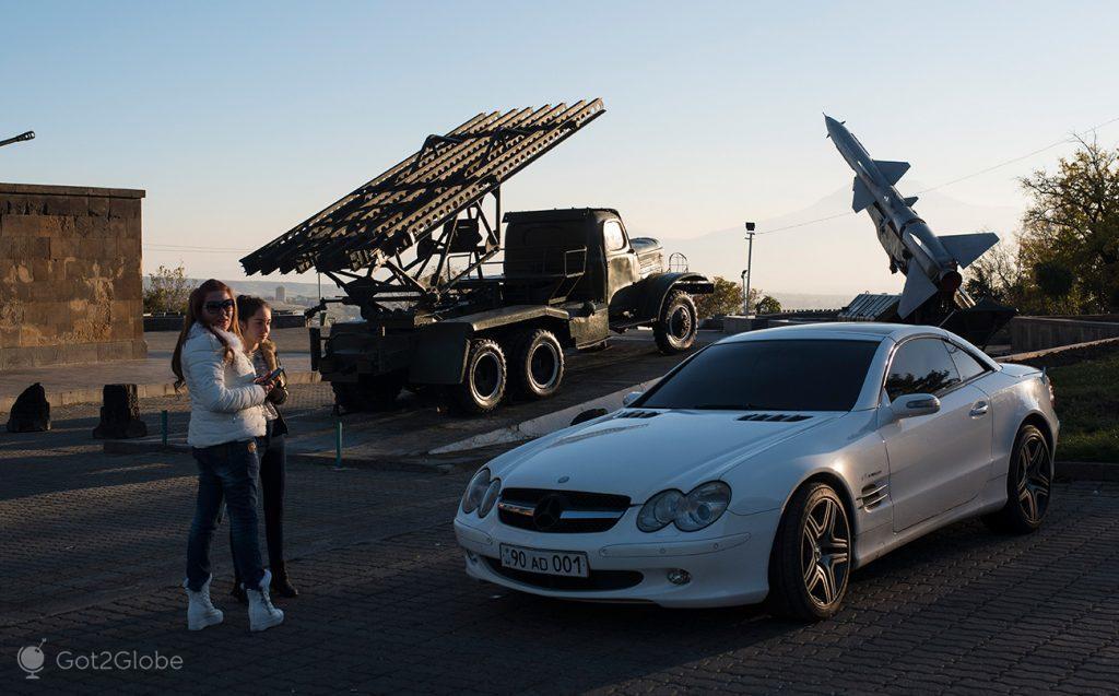 Míssil, lança-mísseis e Mercedes SLK junto à base da estátua da Mãe Arménia, Erevan, Arménia