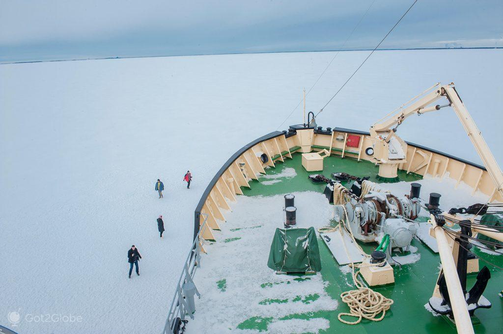 "Passageiros examinam o quebra-gelo ""Sampo"" Finlândia"