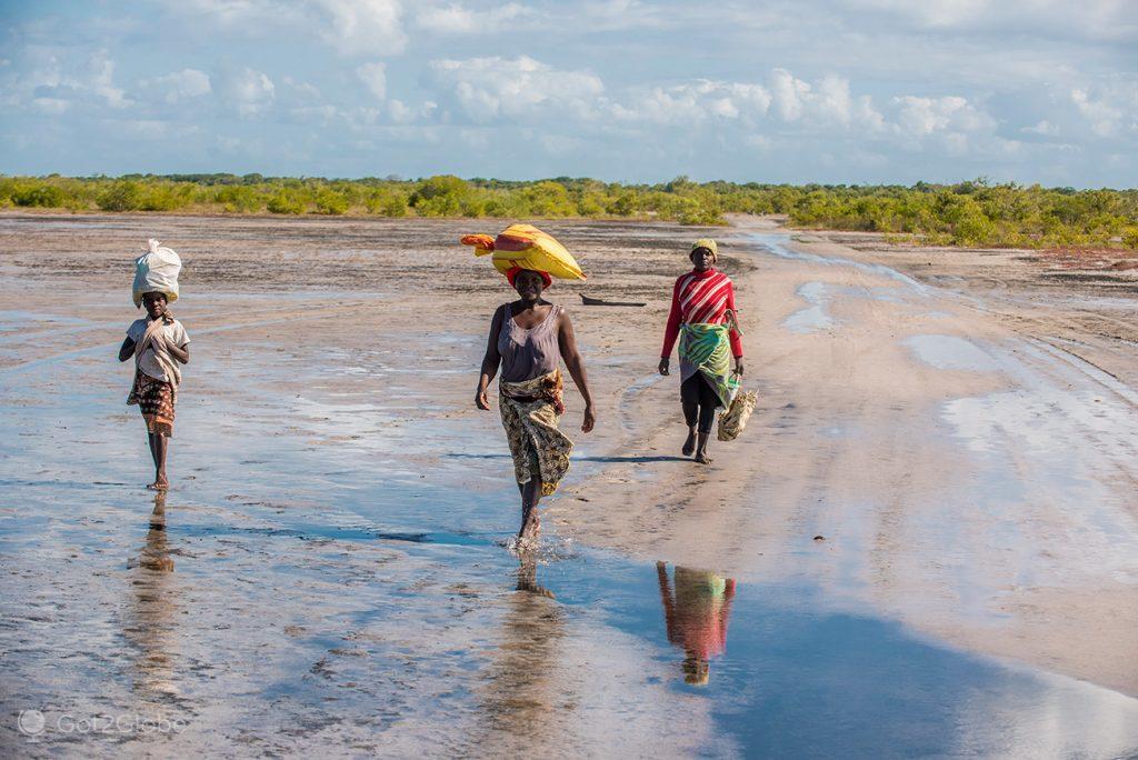 Nativas caminham em Bazaruto, Moçambique