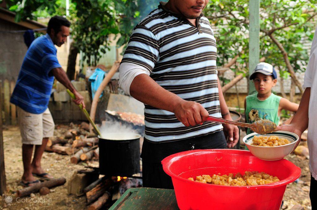 Preparação de torresmos em Tongatapu, Tonga