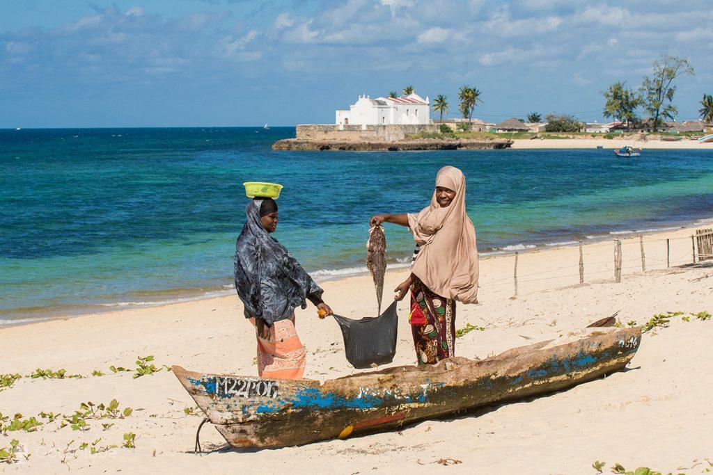 Moradores exibem pescado, ilha de Moçambique
