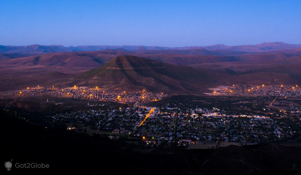 Graaf-Reinet iluminada, África do Sul