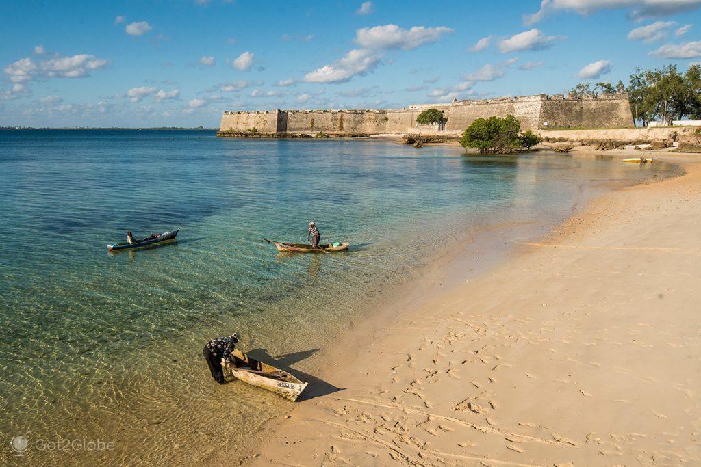 Pescadores na praia junto ao forte de São Sebastião, Ilha de Moçambique