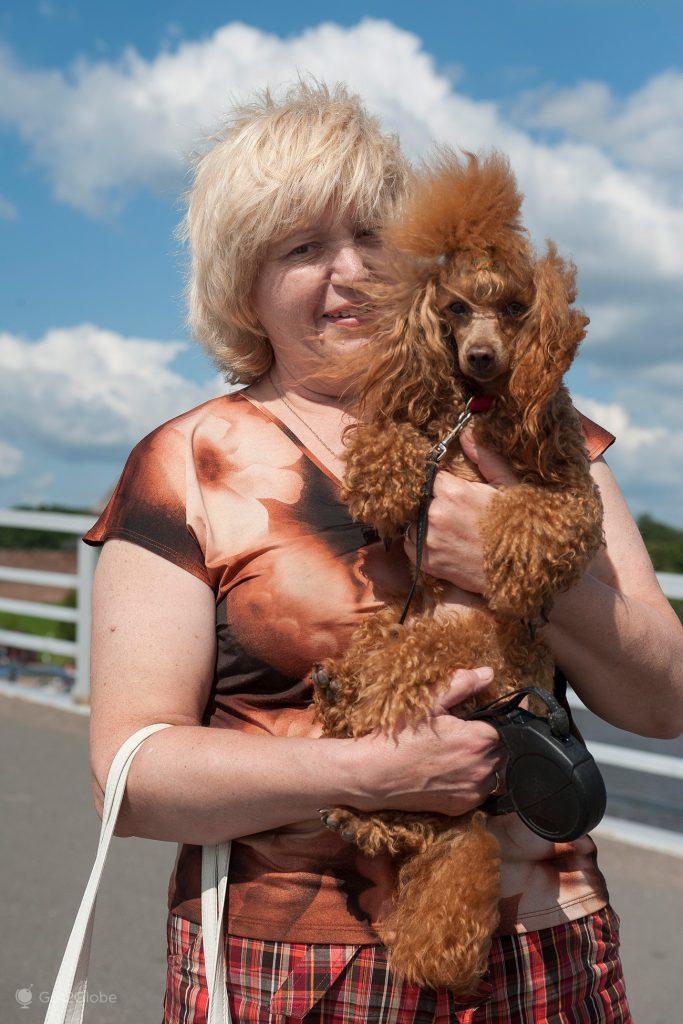 Dona e caniche sobre o rio Volkhov, Novgorod, Rússia