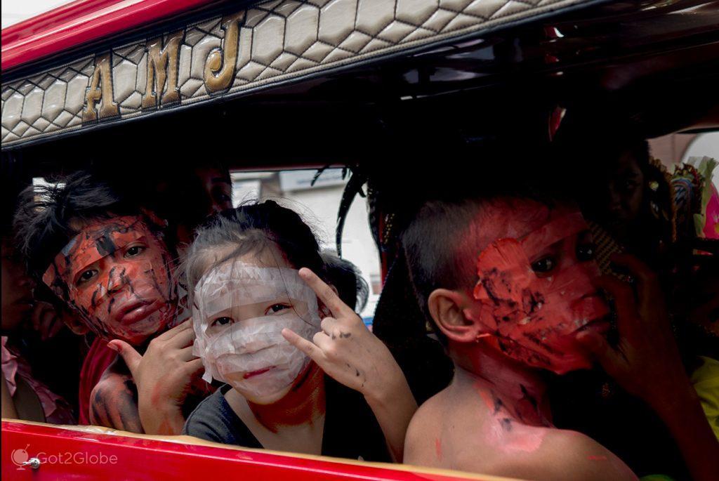 Participantes de Festival MassKara em jeepney, Bacolod, Filipinas