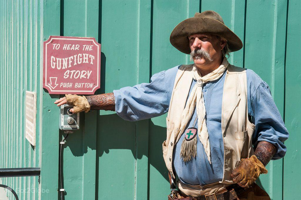Actor do OK Corral Show activa a locução em Tombstone, Arizona, Estados Unidos da América