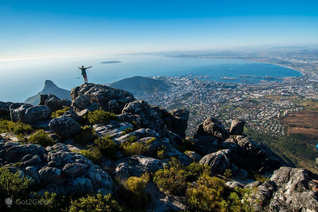 Visitante no cimo da Montanha da Mesa com a Cidade do Cabo em fundo, África do Sul