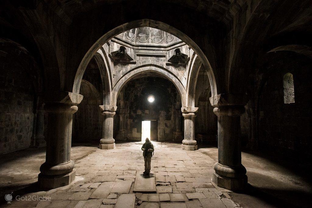Átrio do mosteiro de Haghpat, Arménia