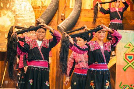 Mulheres com cabelos longos de Huang Luo, Guangxi, China
