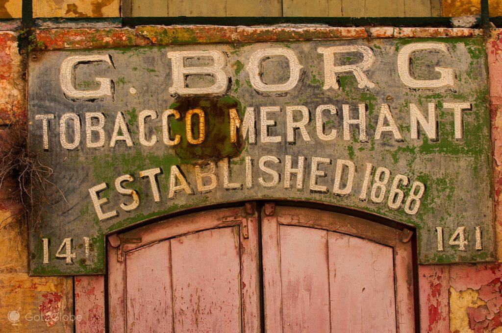 Letreiro de uma velha loja de Valletta, Malta
