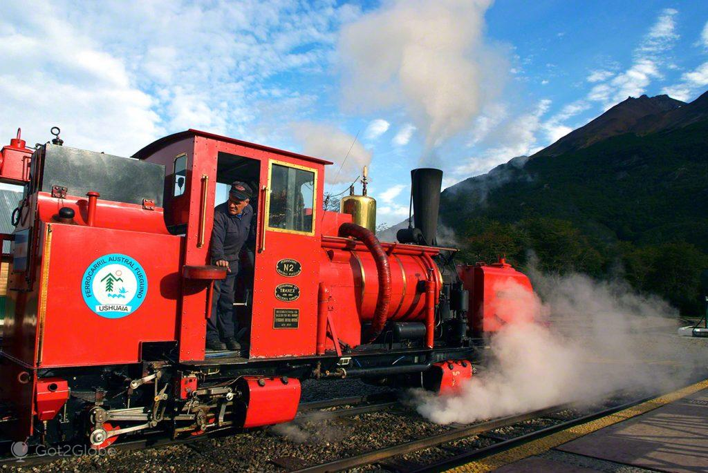 Maquinista galês sobre uma locomotiva do Tren del Fin del Mundo, Ushuaia, Argentina