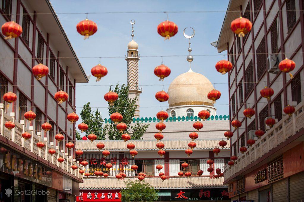Mesquita e lâmpadas chinesas, Dunhuang, China