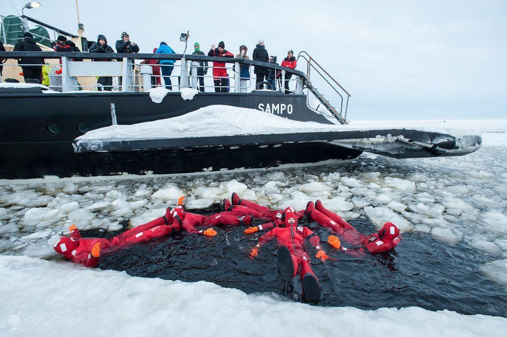 Passageiros na água gélida do Golfo de Bótnia, Finlândia