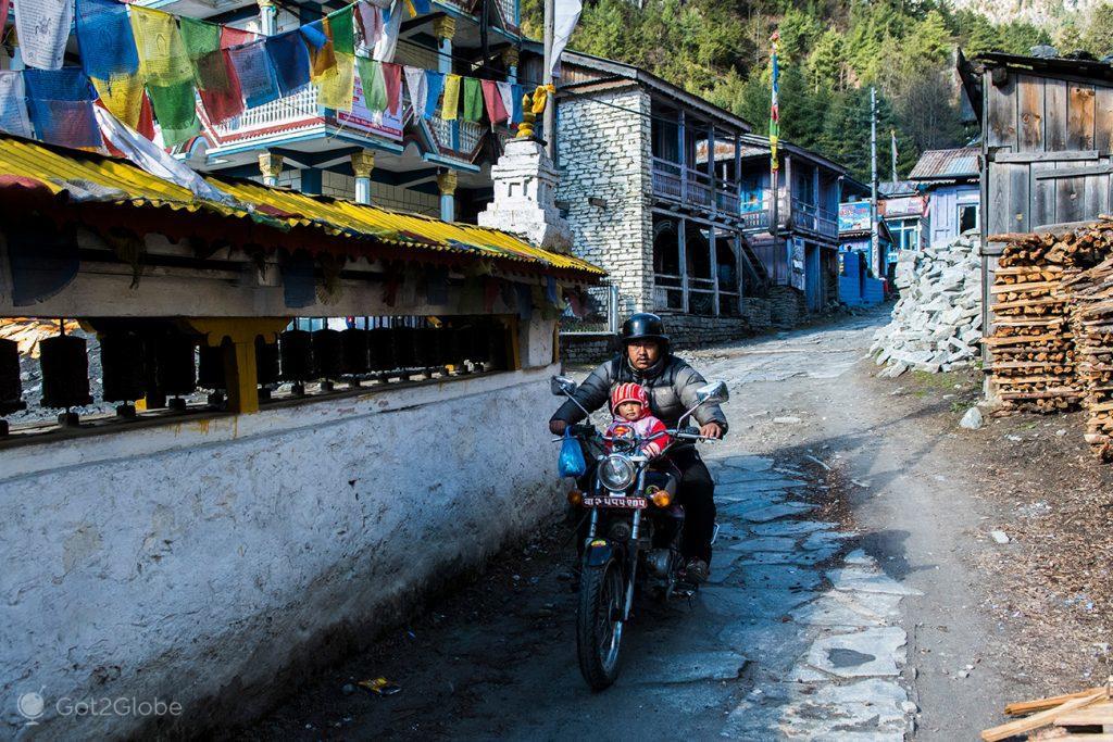 Pai e filho, em Chame, Circuito Annapurna, Nepal