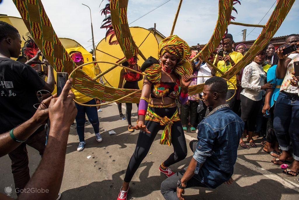 Dança de rua durante o festival Fetu Afahye, Acra, Gana