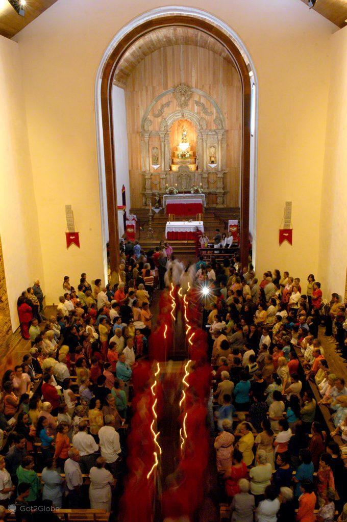Procissão entra na Igreja da Nª Srª Rosário, Pirenópolis, Brasil