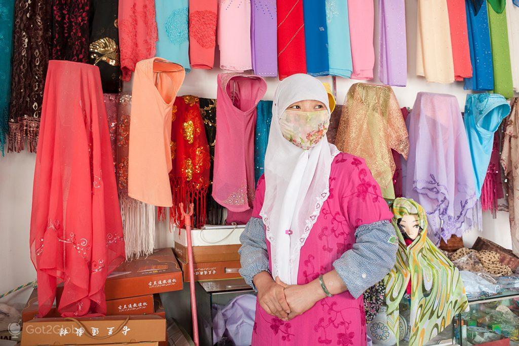 Ha Fei Sai, empregada de uma loja de Dunhuang, China