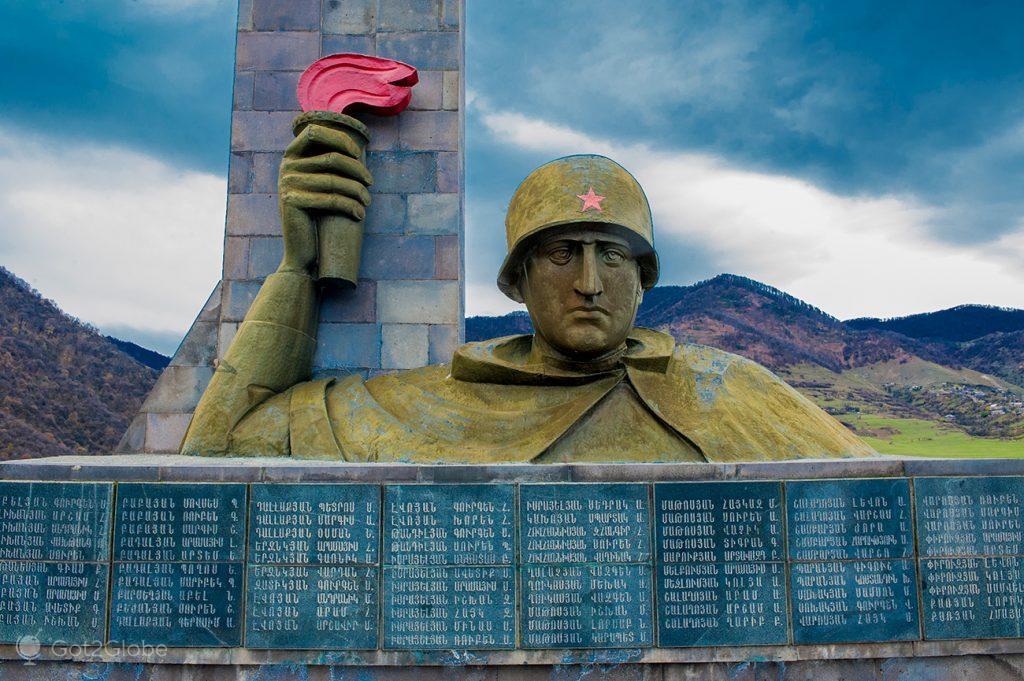 Monumento aos combatentes da guerra entre a Arménia e o Azerbaijão pelo enclave de Nagorno-Karabak, Haghpat, Arménia