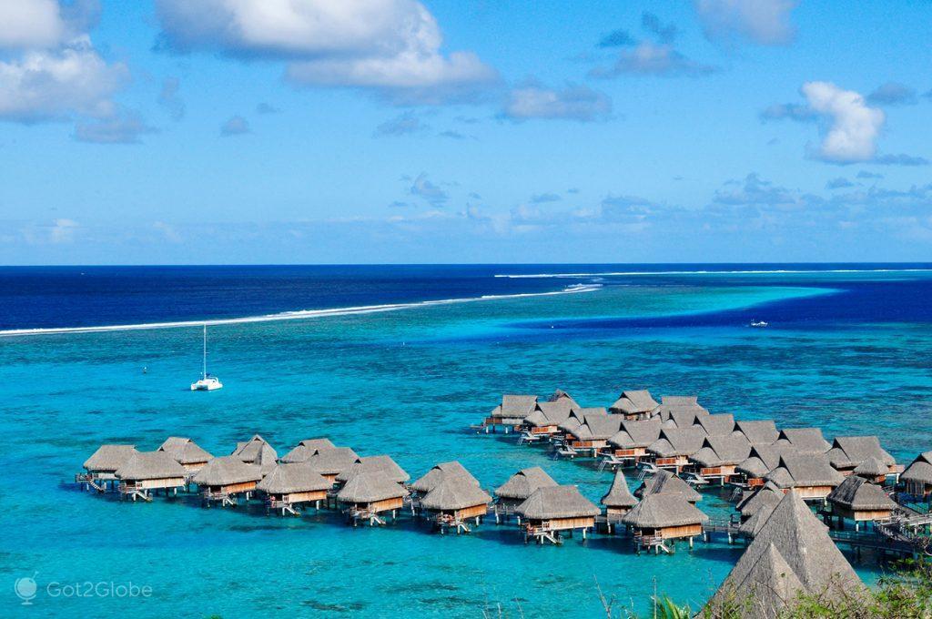 Cabanas palafíticas de um dos resorts luxuosos de Moorea, Polinésia Francesa