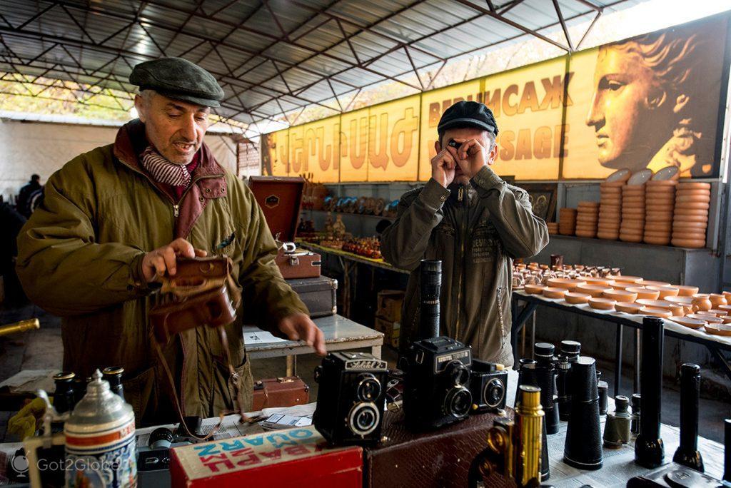 Vendedores de máquinas fotográficas, mercado Vernisage, Erevan, Arménia